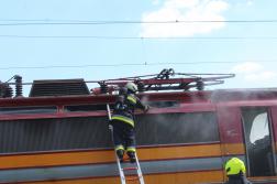 Tűzoltó oltja a kigyulladt mozdonyt