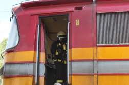 Tűzoltó légzőkészülékben a mozdonyban