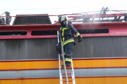 Tűzoltó áll a létrán