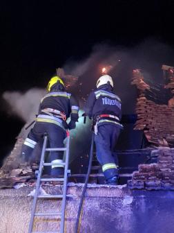 Tűzoltók a tetőn
