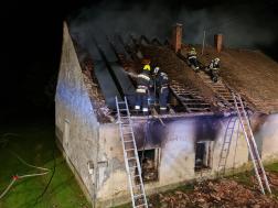 Tűzoltók dolgoznak a háztetőn