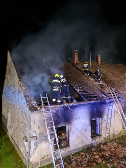 Tűzoltók dolgoznak a háztetőn 2