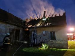 Tűzoltás a háttérben pedig füstöl a tető 2