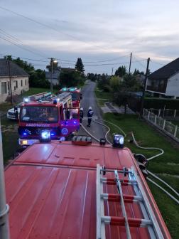 Tűzoltóautók állnak az utcában