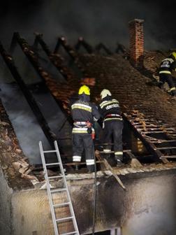 Tetőn dolgoznak a tűzoltók