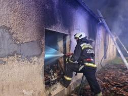 Tűzoltó ablakon keresztül olt