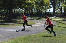 futnak a hölgyek